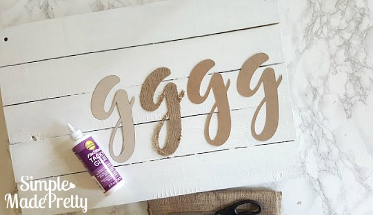 I love this burlap fabric farmhouse sign! It adds the perfect rustic decor to my home without going overboard with farmhouse decor. The tutorial was easy to follow and she has other ideas for extra burlap fabric.