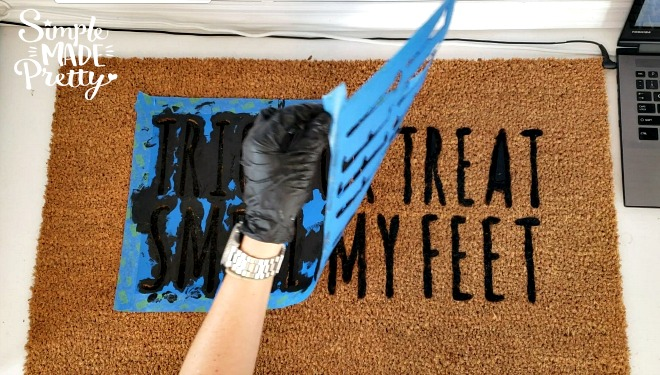 Learn how to use your Cricut Explore to make a DIY welcome mat door mat and a cute Halloween welcome mat! Halloween welcome signs front porches | Halloween Welcome mat | diy home decor on a budget | DIY home decor dollar store #fallfrontporchdecor #halloweendecorideas #halloweenhomedecor #cricutcraftideas #cricutsvgfiles