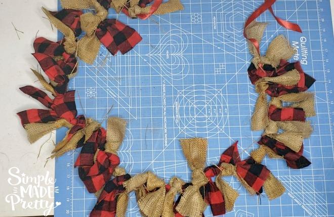 Burlap fabric crafts, burlap fabric DIY ideas, burlap fabric home decor, how to make burlap fabric crafts, burlap fabric by the yard, cheap burlap fabric, buffalo plaid Christmas, buffalo plaid decor, where to buy burlap fabric, where to get burlap fabric #Burlapdecor #ModernBurlap #BurlapBanner