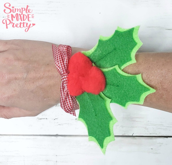 Learn how to make a Corsage or Boutonniere for your Christmas events or a sweet Christmas gift! Felt flowers, Felt Christmas Ornaments, DIY corsage wristlet, corsage wedding, brooch DIY, corsage tutorial, make a corsage,felt crafts, felt ornaments, DIY felt flowers, Christmas Cruise outfit, Christmas Cruise, family outfits, #feltcraftideas #diycorsage